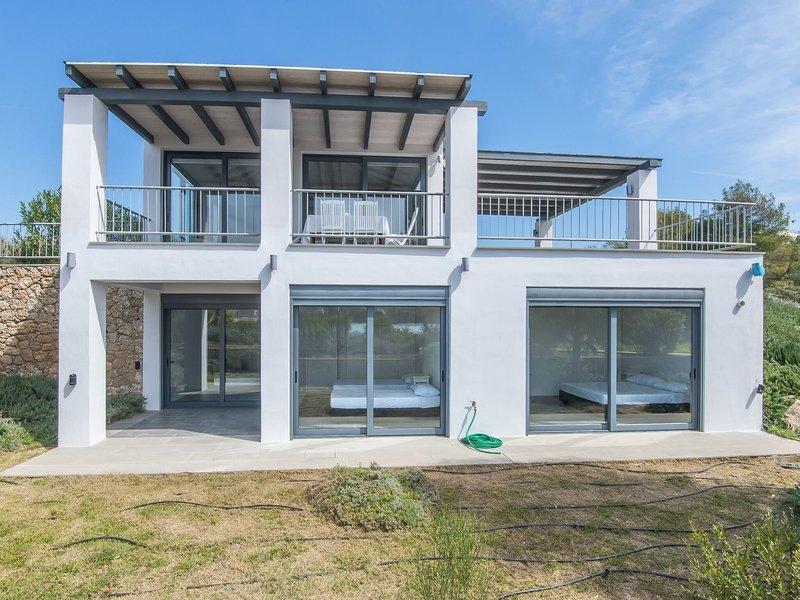 New holiday home on (pebble) beach, beautiful area, Porto Heli, Peloponnese, holiday rental in Kilada