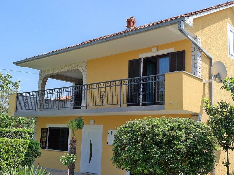 Spacious house apartment with terrace,300 m distant from the beach!, location de vacances à Polje