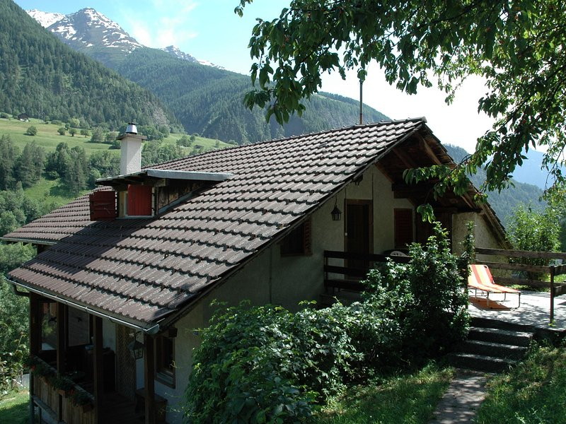 Cozy Chalet in Mörel with Private Terrace, location de vacances à Rosswald