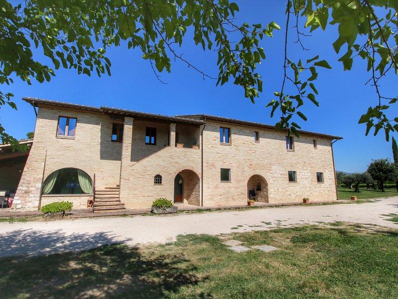 Villa with private pool on an estate near Assisi, casa vacanza a Tordandrea