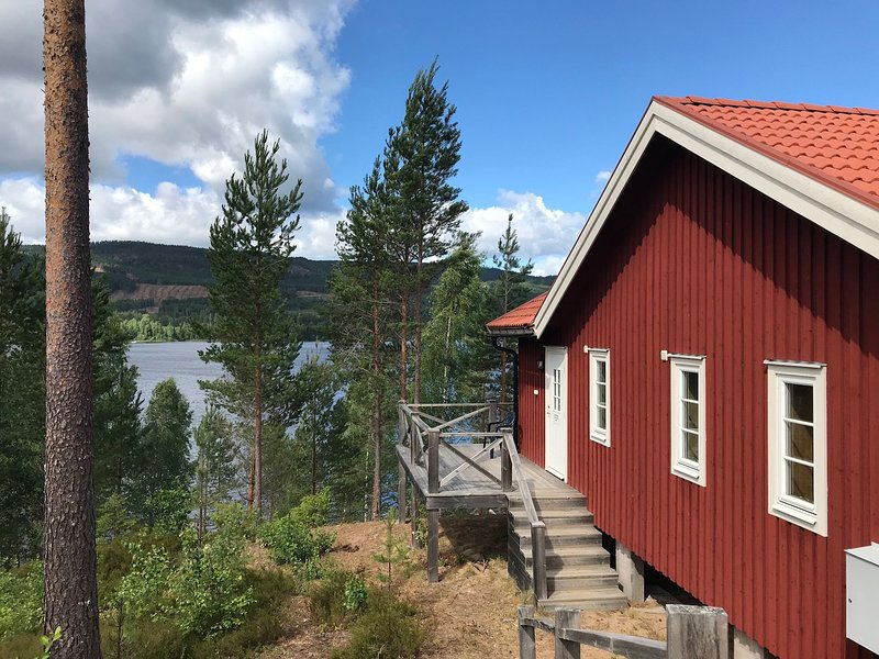 Riverside Chalet in Torsby Municipality with sauna and garden with seating, alquiler vacacional en Hara