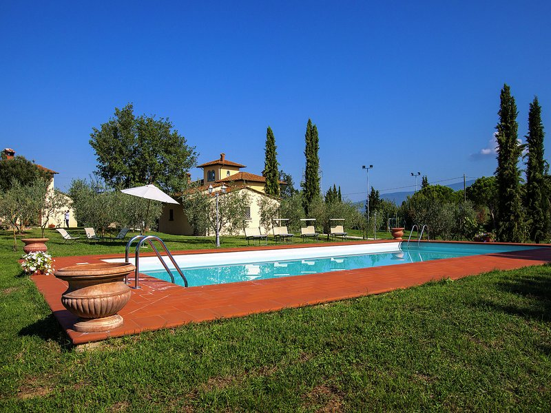 Villa with spacious garden, swimming pool, jacuzzi and tennis court, near Corton, holiday rental in Appalto