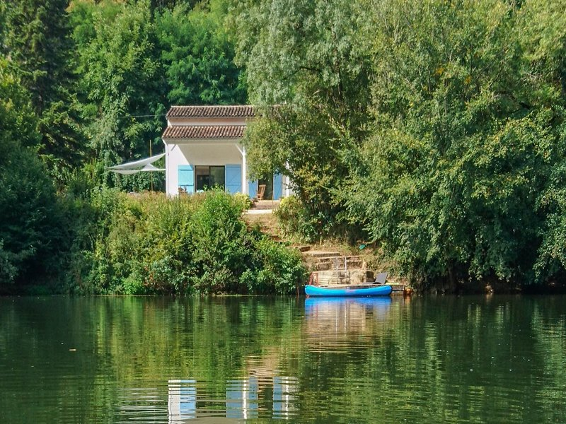 Dream house on the banks of the Aveyron river with private jetty!, alquiler vacacional en Puygaillard-de-Quercy