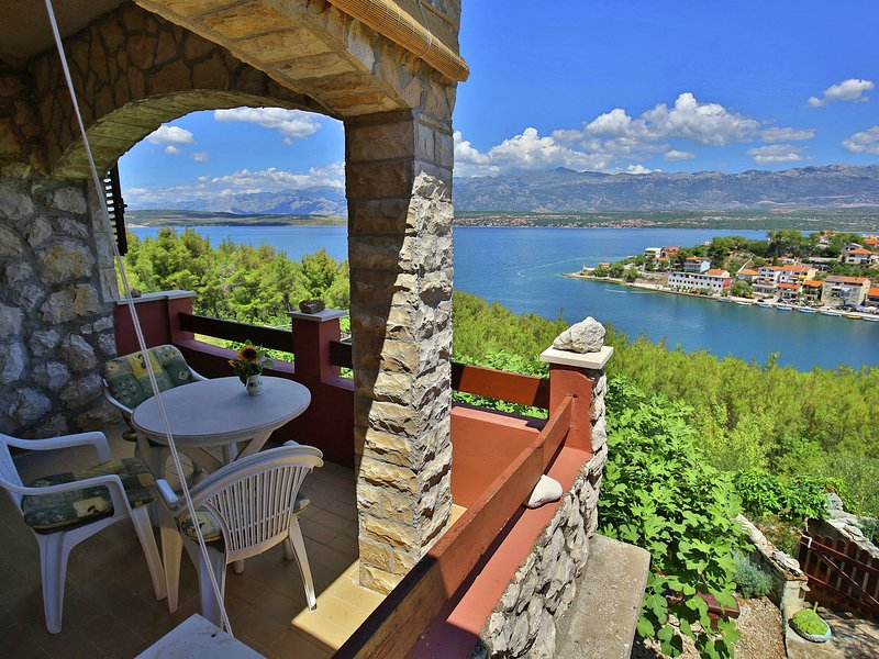 Charming apartment with private covered terrace and fantastic sea view, Wi Fi, casa vacanza a Novigrad