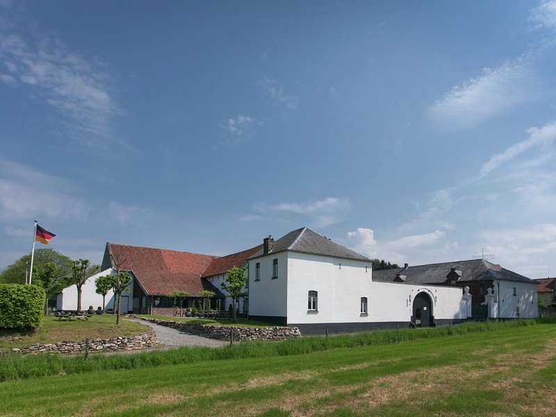Spacious Farmhouse in Limburg with Forest Nearby, vacation rental in Eckelrade