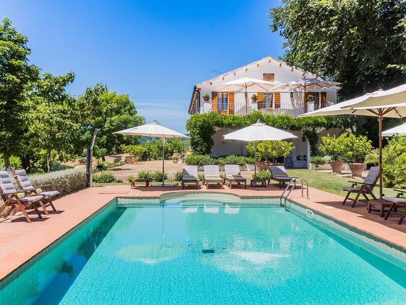 Beautiful villa with a private swimming pool in hilly surroundings, location de vacances à Monterubbiano