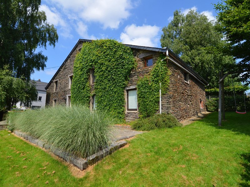 Cottage in local stone and slate in a small village not far from Bouillon, alquiler vacacional en Bazeilles