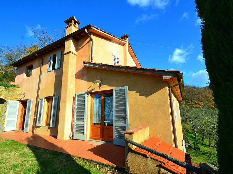 Smart Apartment near Florence having Large Pool & Playground, holiday rental in Porciano