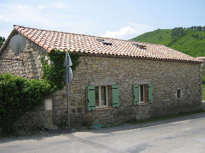 3 cottages around a swimming pool in a small village., holiday rental in Courry