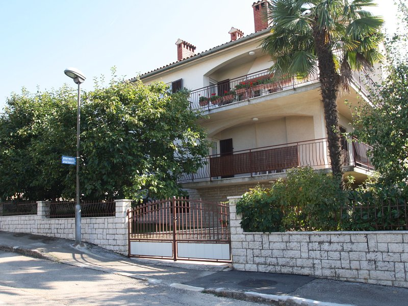 Nice two bedroom apartment, only a few steps from the beach, location de vacances à Mali Maj
