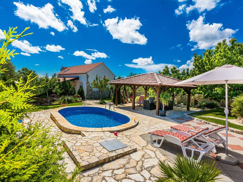 Lovely holiday home with beautiful garden, private pool, jacuzzi, terrace, BBQ, location de vacances à Suhovare
