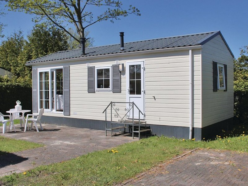Nicely furnished chalet with one oven, near the Wadden Sea, casa vacanza a Sint Annaparochie