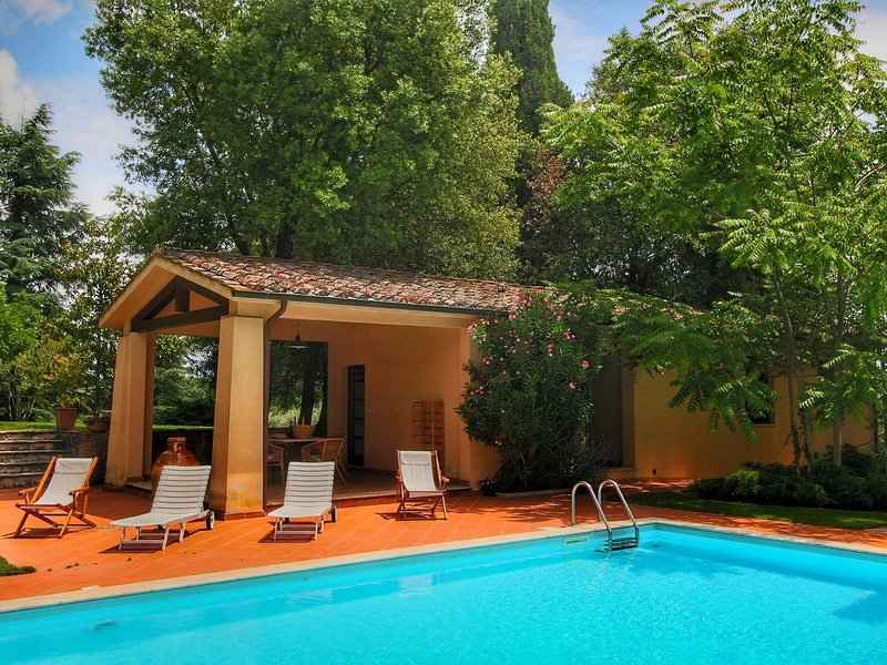 Beautiful Cottage in Sinalunga with swimming pool, alquiler de vacaciones en Farnetella