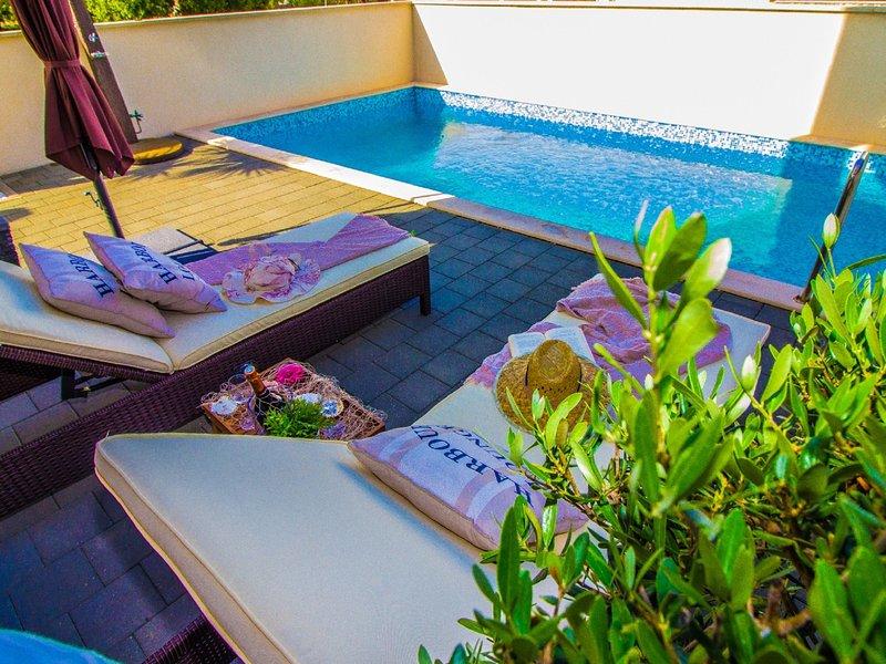 Modern Apartment in Šilo with Private Swimming Pool, location de vacances à Polje