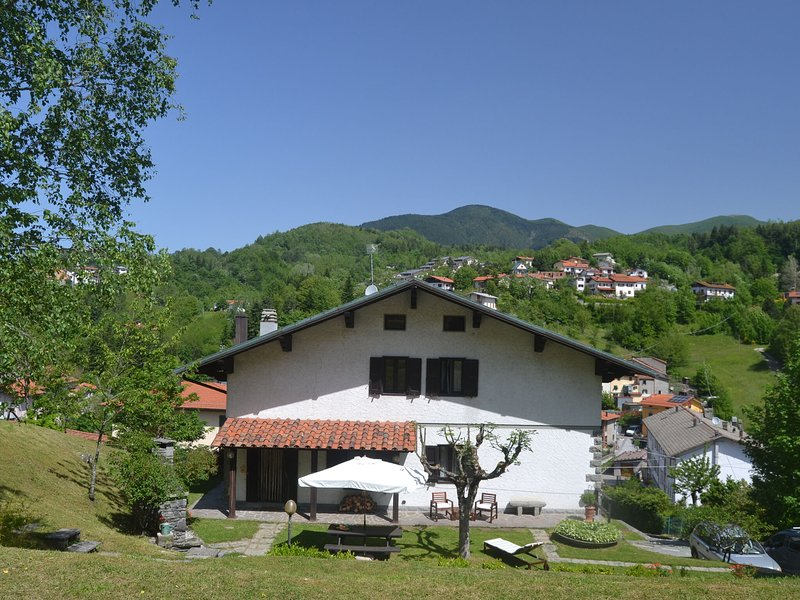 Rustic house in mountain surroundings and views from a lovely garden, holiday rental in San Momme