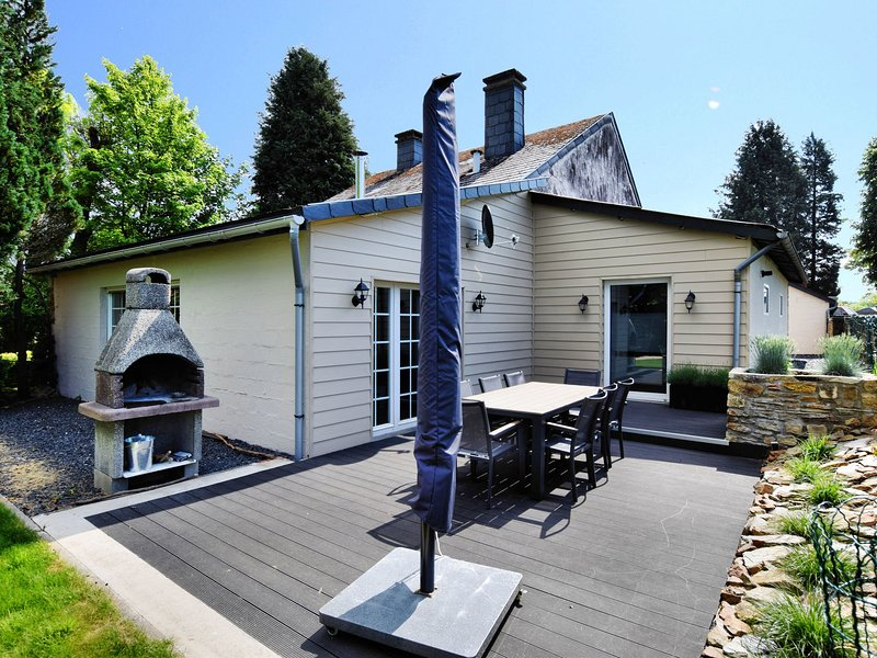 Modern Holiday Home in La Roche-en-Ardenne with Jacuzzi, vacation rental in La Roche-en-Ardenne