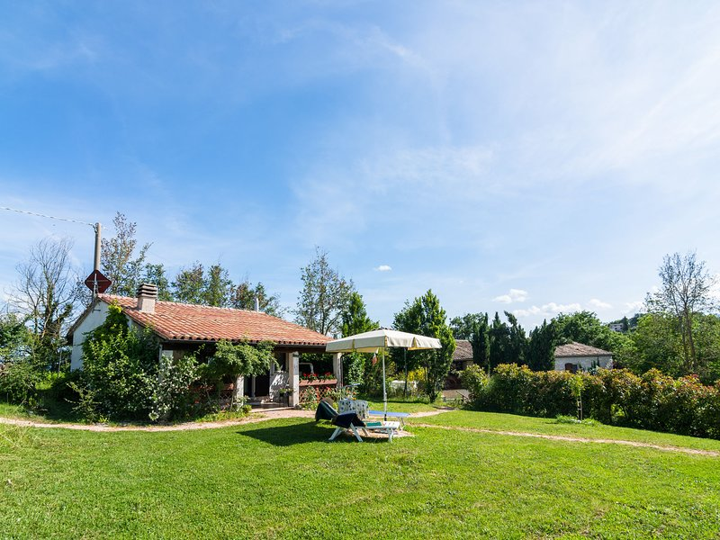 Nice little holiday home with swimming pool, holiday rental in Acqualagna