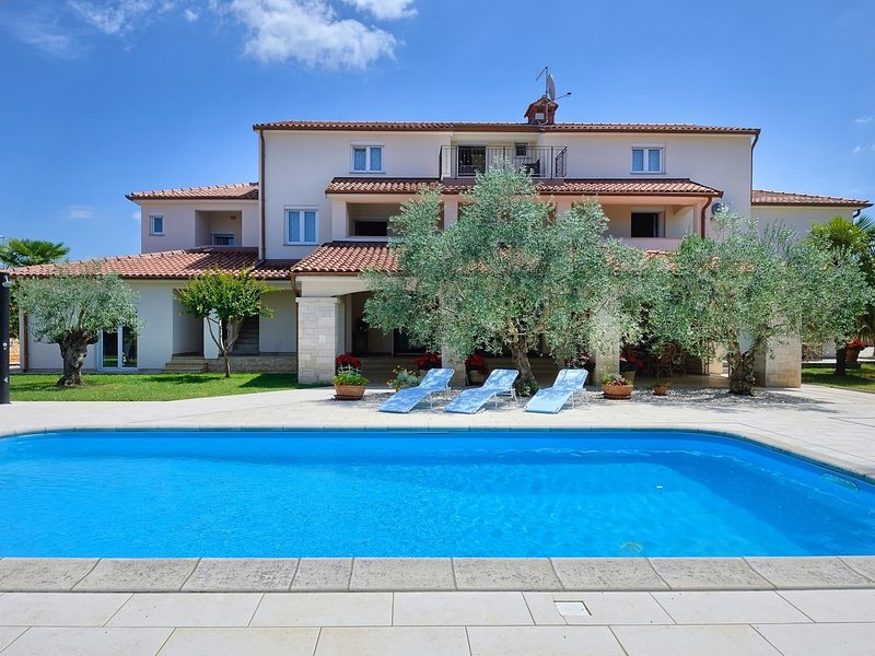Nice furnished apartment with covered terrace, located in front of the pool, location de vacances à Mali Maj