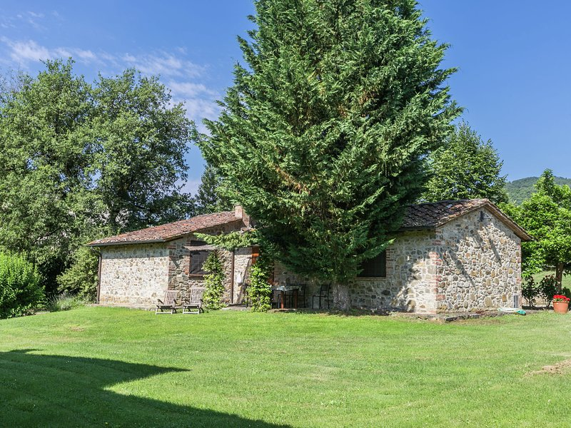 Spacious Holiday Home in Bucine with Private Pool, casa vacanza a Ambra