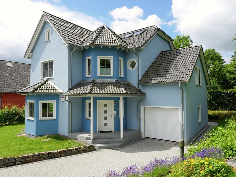 Beautiful house with sauna, modern interior and enormous, park-like garden, vacation rental in Bigonville