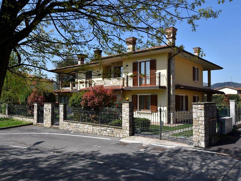 Luxury Villa in Villa Pedergnano Lombardy with a patio, holiday rental in Torbole Casaglia
