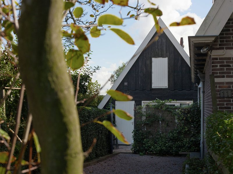 Semi-detached holiday home on the outskirts of North Holland village Krabbendam, aluguéis de temporada em Warmenhuizen