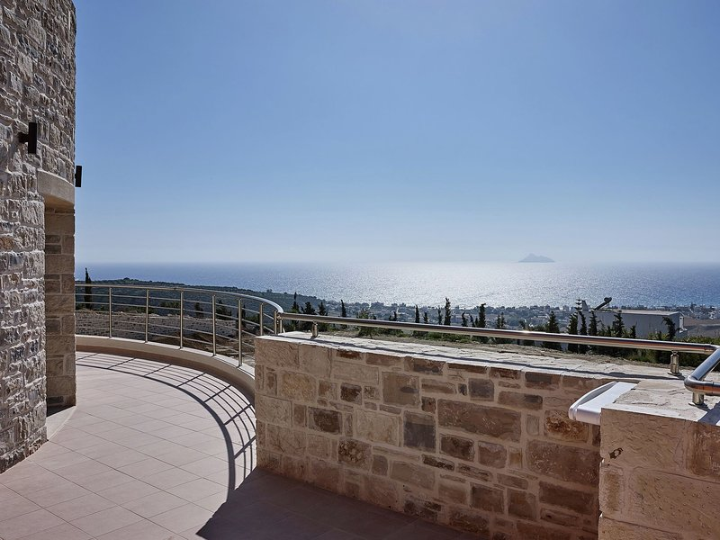 New beautiful complex with villa's and app., big pool, stunning views, SW crete, location de vacances à Kalamaki