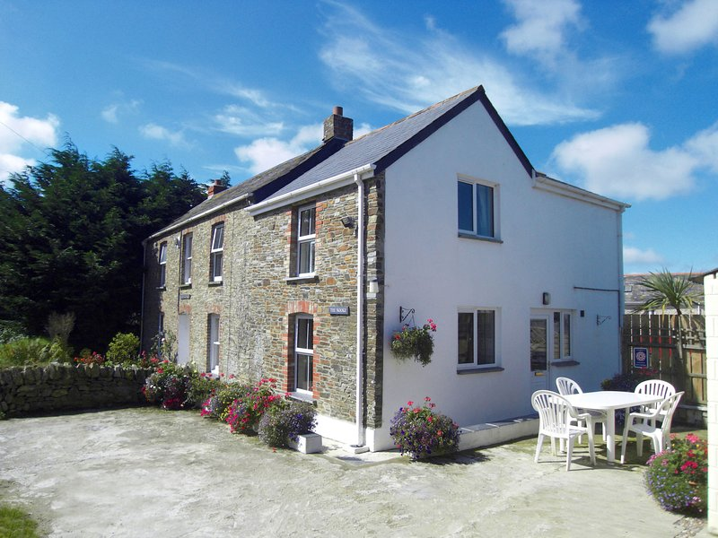 Holiday home in Wadebridge, with whirlpool, washing machine and private parking, holiday rental in Winnard's Perch