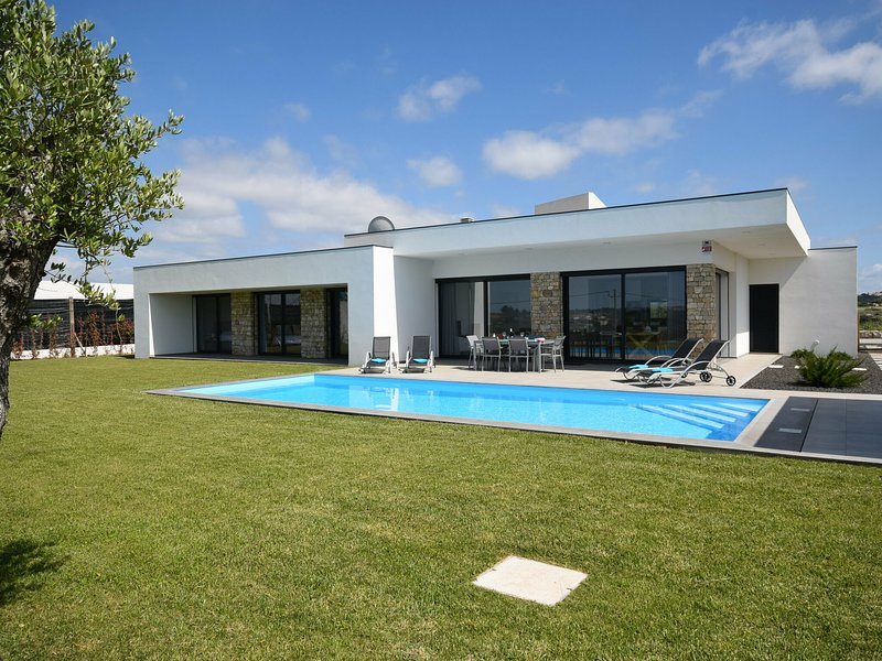 Modern Villa situated in Alcobaça, Lisbon with Private Pool, location de vacances à Vimeiro
