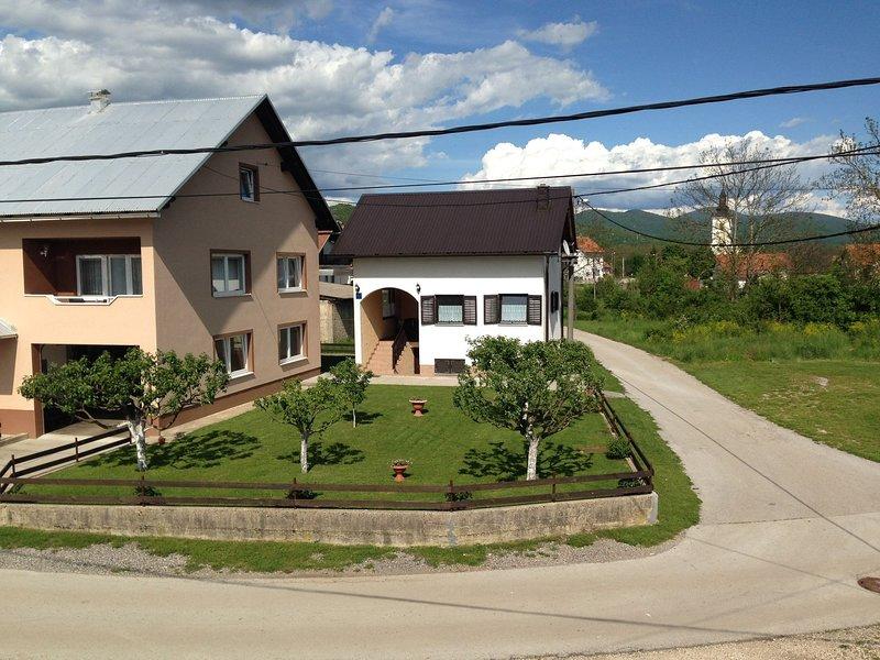 Quiet country side cottage near nature park Velebit, private garden, WI-FI, aluguéis de temporada em Gracac