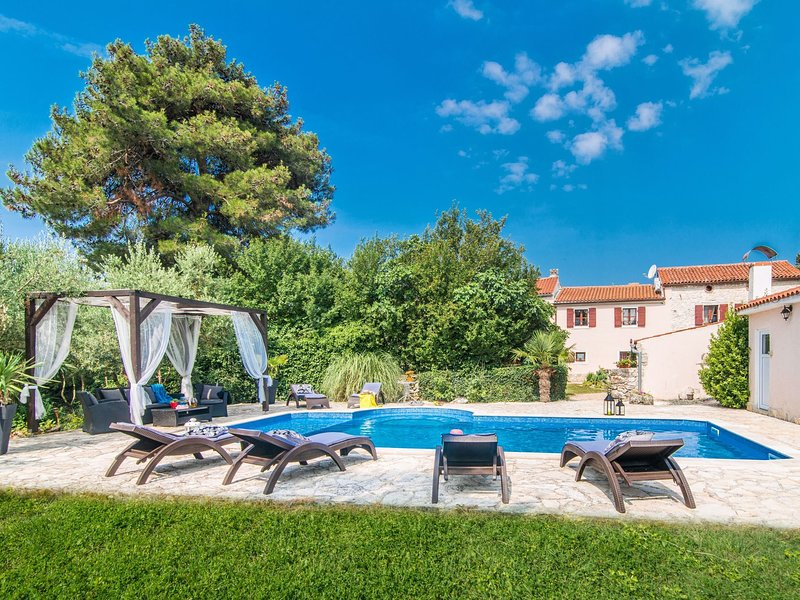 Beautiful villa for 10 persons in a quiet area with private pool, beach at 10 km, casa vacanza a Marcana