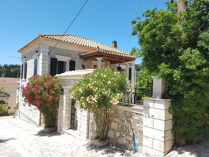 Cozy Villa in Loucha with Jacuzzi, holiday rental in Kampi