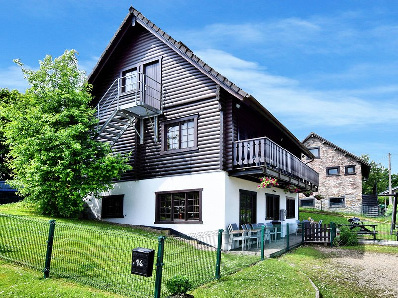 Large and cosy holiday home in the hills with wood stove and sauna, location de vacances à Lierneux