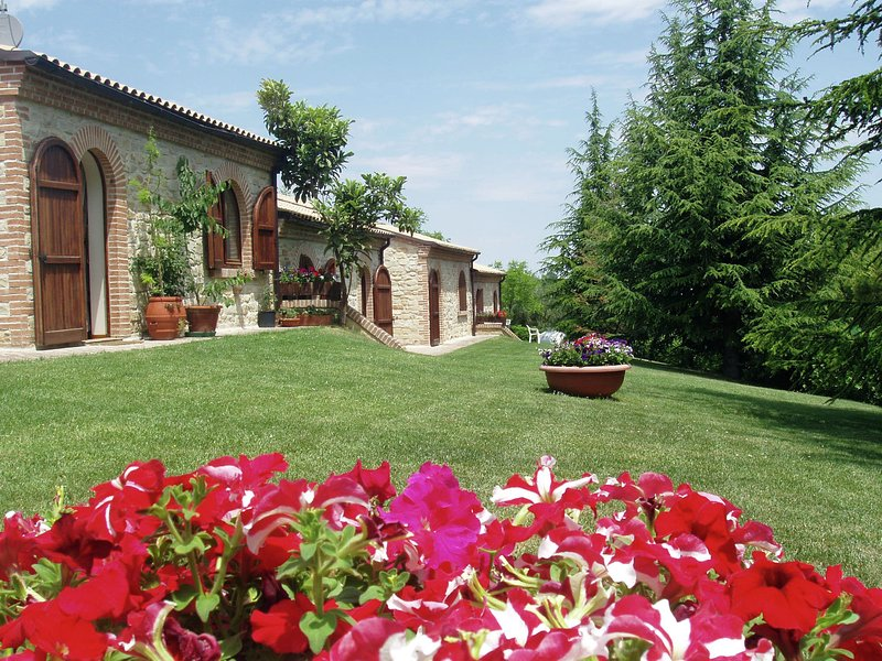 Ideal property where you can spend a holiday full of action and rest., casa vacanza a Santa Vittoria in Matenano