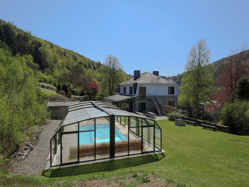Modern Mansion in Vielsalm with Sauna and Private Pool, holiday rental in Commanster