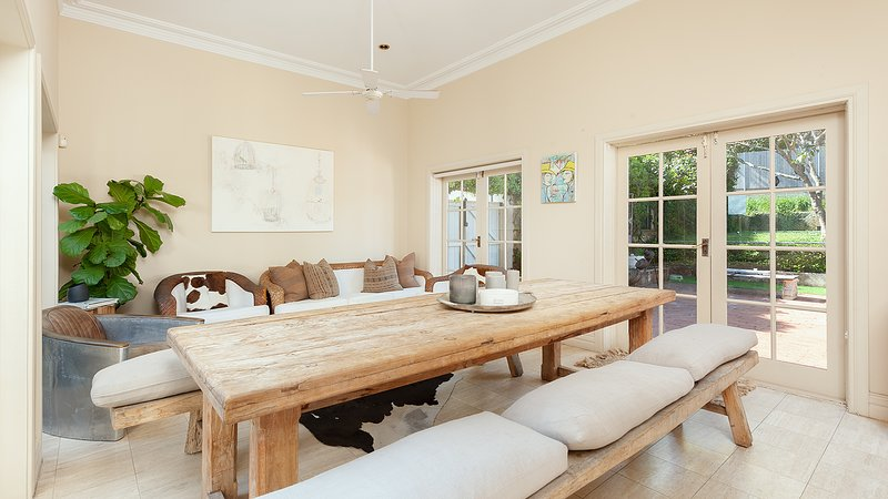 Sala de estar 1: con una mesa de comedor + sala de estar cómoda con puertas de vidrio que dan al jardín