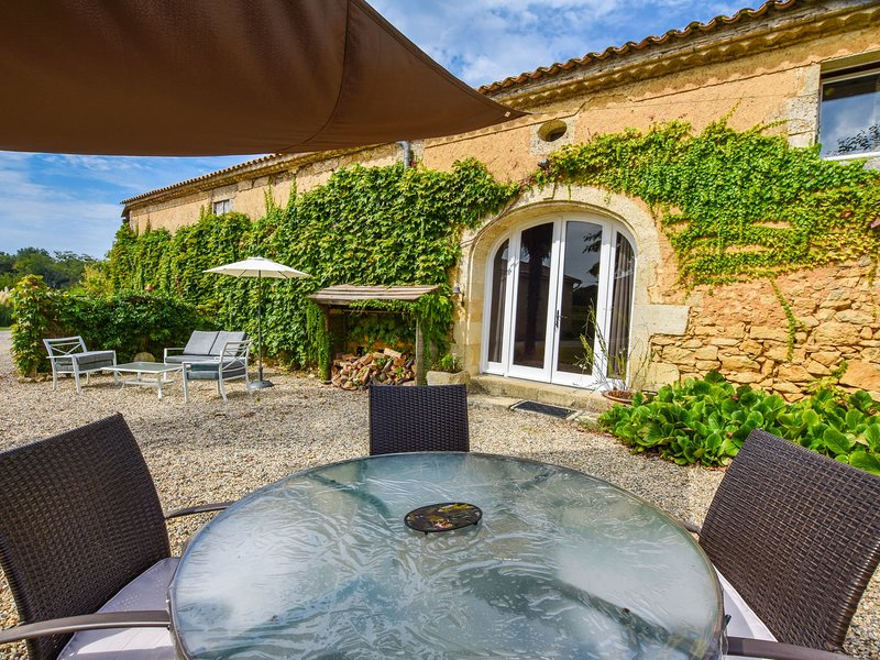 Traditional house on a wine-producing estate, with swimming pool, near Bordeaux., alquiler vacacional en Baigneaux