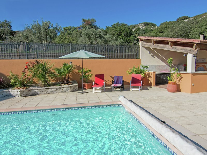 Modern Villa with Private Pool in Lédenon, holiday rental in Bezouce