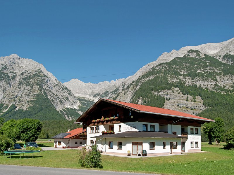 Modern Holiday Home  in Tyrol with Barbecue, alquiler vacacional en Mittenwald