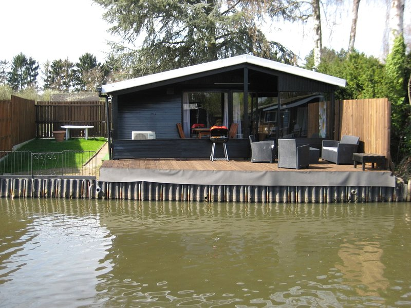 Modern chalet in a small park, located right along a fishing pond, location de vacances à Eindhout