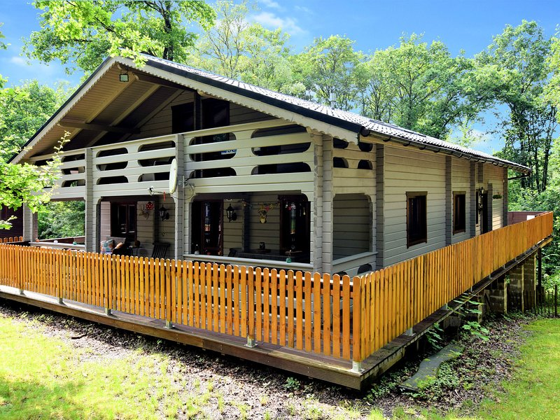 Beautiful, atmospheric and spacious chalet with sauna, open and covered terraces, holiday rental in Barvaux