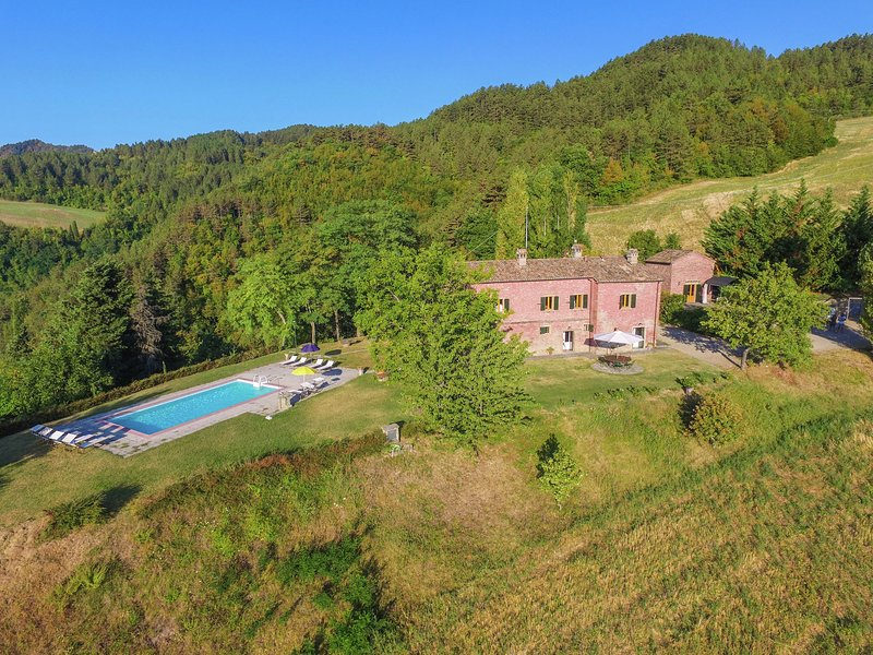 Sprawling Villa with Breathtaking Views in Emilia-Romagna, holiday rental in Popolano