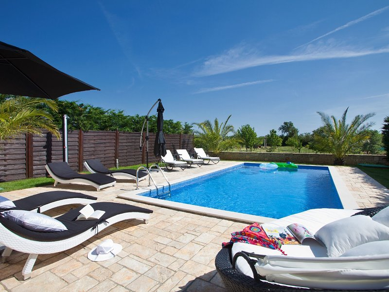 Beautiful, attractive villa with private pool, covered terrace, Porec 7 km, vacation rental in Filipini