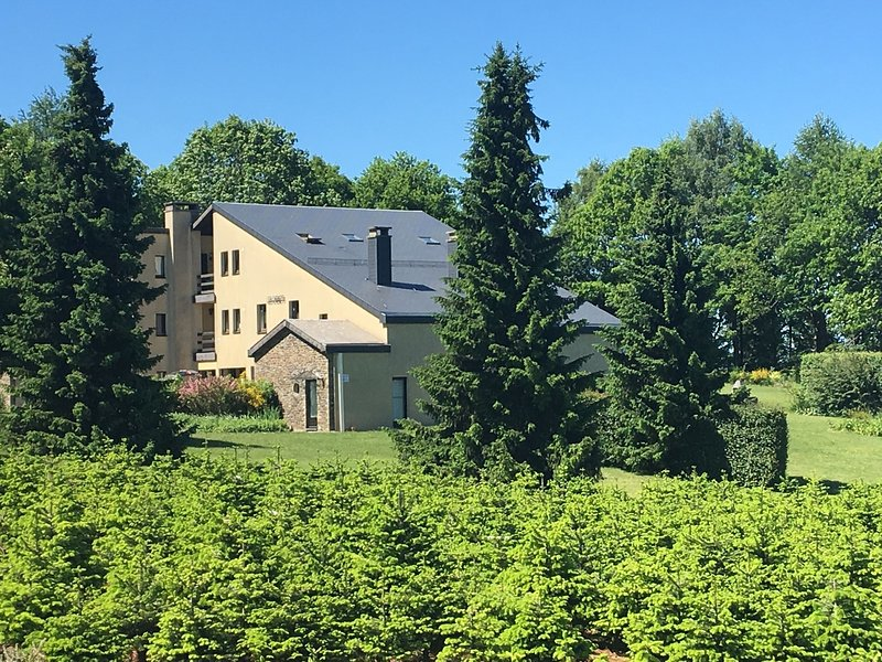 Quiet lain holiday house with a beautiful view concerning the Ardense bunches., holiday rental in Alle