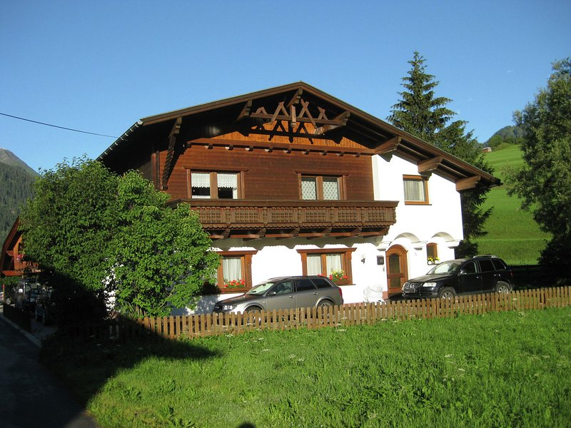 Comfortable Apartment near Arlberg Ski Area in Tyrol, Ferienwohnung in Pettneu am Arlberg