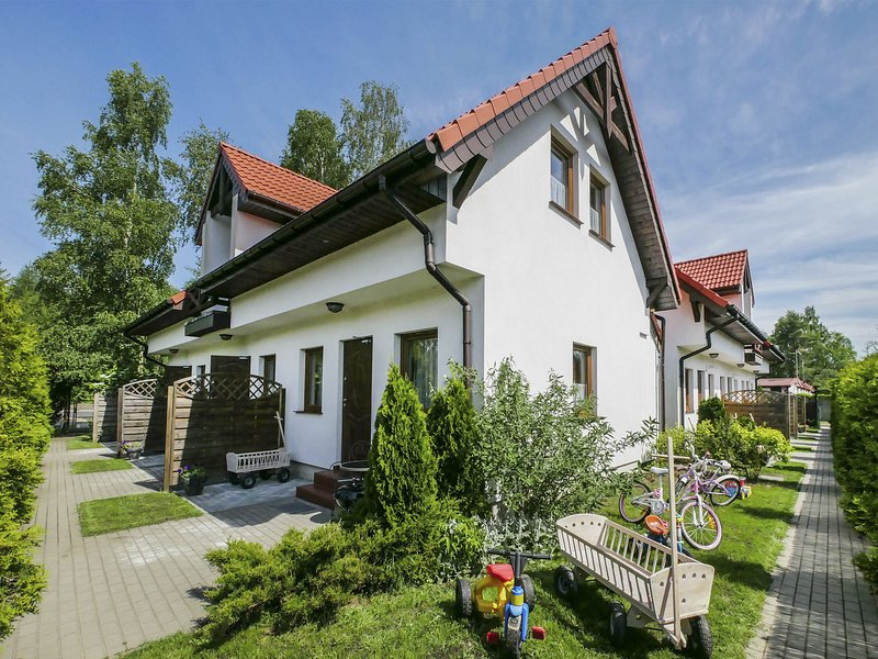Quaint Holiday Home in Gleznowo with lake Nearby, holiday rental in Darlowo