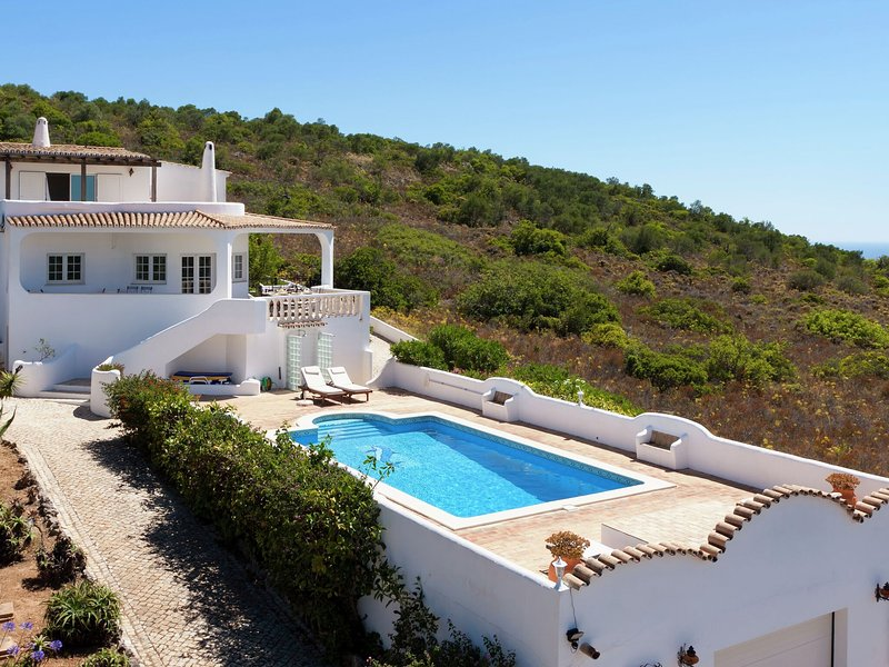 Beautiful villa in a scenic area with views of the ocean and Loulé, location de vacances à Alfarrobeira