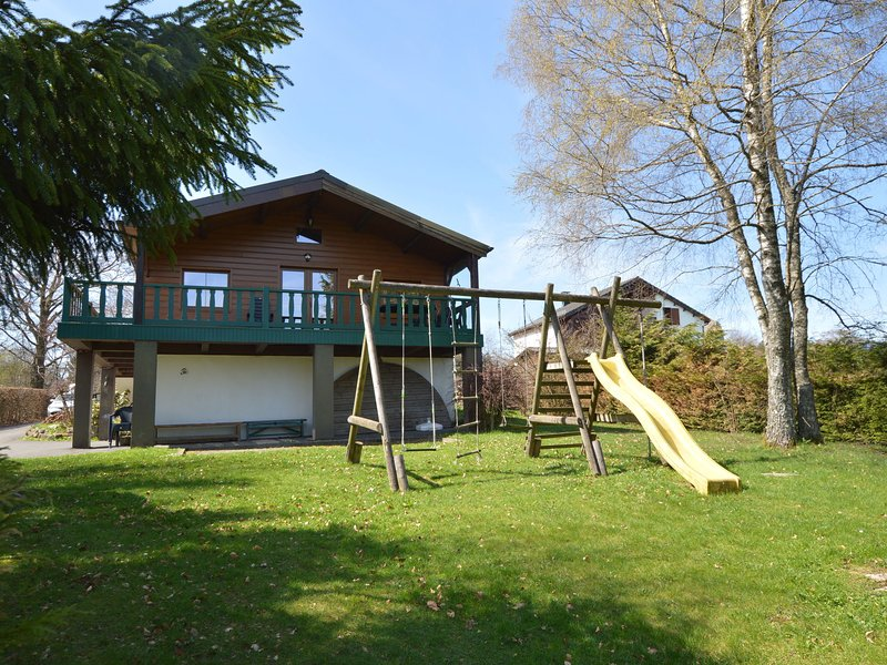 Luxurious and charming chalet with sauna and open fireplace, located by a forest, casa vacanza a Ovifat