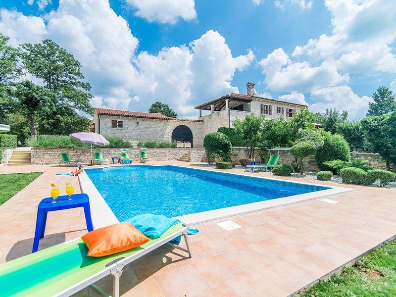 Spacious Villa with Swimming Pool in Tinjan, holiday rental in Kringa