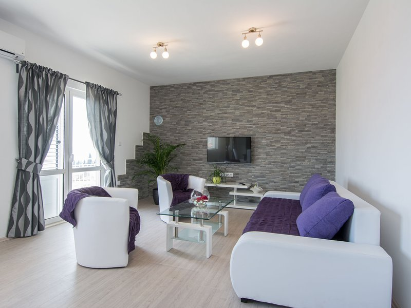 Modern, bright and spacious sea view apartment, short walk to the beaches, aluguéis de temporada em Gornji Seget